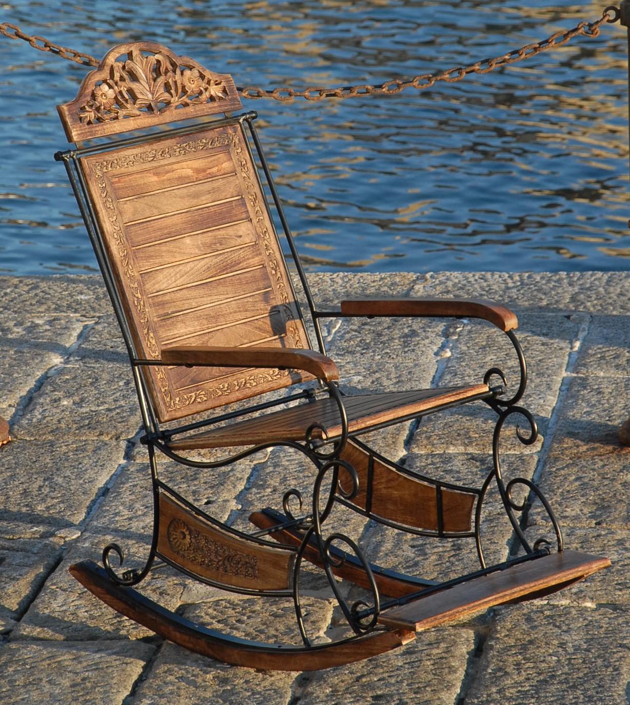 sedia a dondolo in legno di mango e ferro battuto
